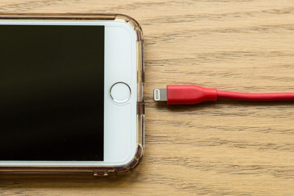 携帯電話と充電コード