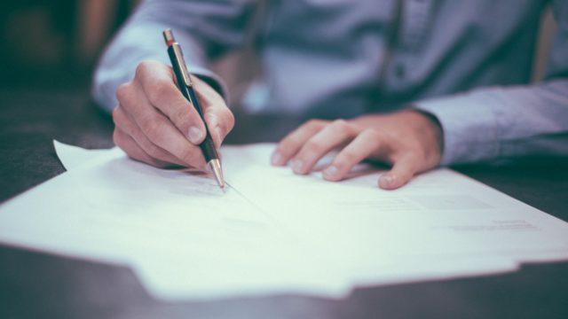 書類に書く人